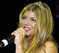 Fergie canta em festa promovida por