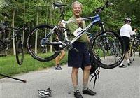Bush em cima de uma bicicleta