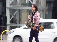 Modelo Ricardo Dias exibe shape trincado ao andar de skate pela cidade. 26108.jpeg