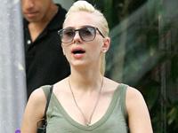 Scarlett Johansson defende seu piercing