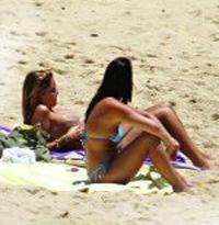 Diana Chaves fazendo topless na praia em Algarve