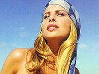 Karina Bacchi mostra seu piercing genital na Playboy