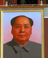 Homem lança chama ao retrato de Mao