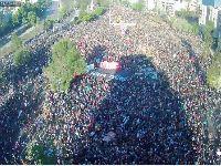 Milhares nas ruas de Santiago celebram início da revolta. 34225.jpeg
