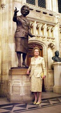 """Margaret Thatcher a """"dama de ferro"""" já tem sua réplica em bronse (foto)"""