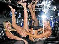 Paris e a irmã fazem fotos ousadas em mansão da Playboy