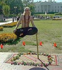 Ramana  a fazer levitação em frente à Casa Branca (foto, vídeo)