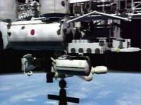 Astronautas do Discovery realizaram a primeira  caminhada espacial
