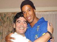 Ronaldinho deseja a Maradona rápida recuperação após a cirurgia. 34294.jpeg