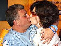 Cláudia Raia e Jorge Fernando beijam-se
