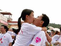 Casal chinês processa metrô por carregar vídeo no YouTube aos beijos