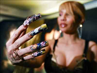 Cantora promove novo album com tatuagem e unhas ( foto)