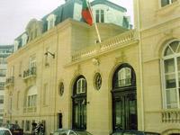 Na França 6 .800  pessoas protestaram contra  o fechamento dos consulados