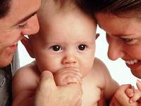 Um bebê começa falar minutos após nascer