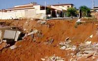 Cratera engoliu oito casas na cidade de Monte Alto