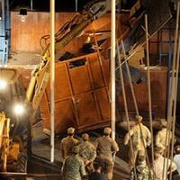 Cipriotas gregos desmontam o muro que os separa dos cipriotas turcos