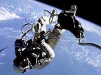 Arriscada caminhada dos astronautas no espaço para consertar estação