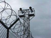 No Brasil, guardas de presídios agridem presos com chutes e gás de pimenta. 15464.jpeg