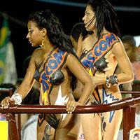 Dançarinas desfilam nuas apenas com um tapa-sexo