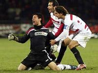 Sevilha continua na Taça UEFA  depois de guarda-redes marcar golo no último minuto