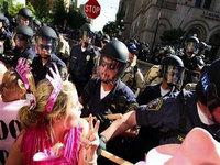 Convenção Republicana: Polícia espanca manifestantes e John McCain esconde Bush