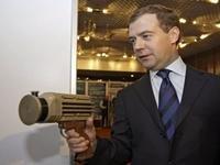 Medvedev: Rússia é conhecida não só por Kalashnikov