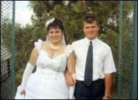 Mulher enforcou- se com véu da noiva durante a festa de casamento