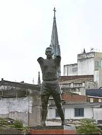 Estátua de Pelé teve os braços e a taça Jules Rimet roubados