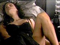 Courteney Cox usa vibrador no episódio de novo seriado (foto)