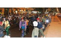 Dia Mundial sem Carro com centenas de ciclistas na Avenida Paulista