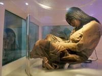 Museu expôe  múmias  conservadas na lava de um vulcão