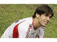 Kaká celebra sua permanência no Milan com contrato até 2013