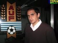 Assessoria de imprensa da seleção uruguaia de futebol – Matías Faral – acima da asa do avião
