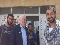 John McCain, chefe de orquestra da «primavera árabe», e o Califa. 20753.jpeg
