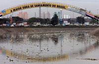 Morador faz protesto dentro do poluído rio Tietê