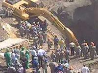 Remoção de terra e entulhos na cratera prossegue de forma manual