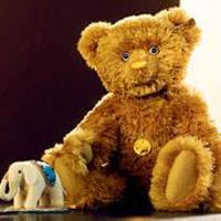 Professora condenada por permitir que seus alunos chamassem de Maomé  um ursinho de pelúcia