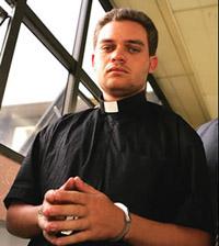 Falso padre apanhado com cocaína nos sapatos e embaixo da batina ( foto)