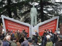 População reergue estátua de Stalin na Geórgia. 17804.jpeg
