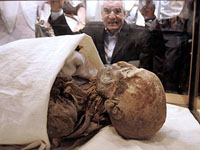 Dente permitiu a identificação da múmia da rainha