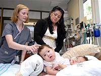 Duas gêmeas siamesas de dez meses foram submetidas a uma cirurgia de separação