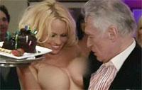 Dono de revista masculina comemora 82 anos com Pamela Anderson