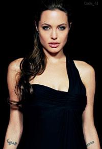 Angelina Jolie aparece de tatuagem nova