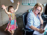 É «impossível» trabalhar e cuidar das crianças. 34896.jpeg