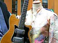 Guitarra de George Harrison e casaco de Lennon na leilão da Inglaterra