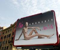 Mulher anoréxica nas ruas de Milão (foto)