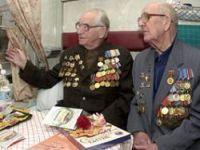 Os veteranos de guerra russos visitam antigos campos de batalha perto de Kursk