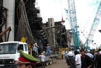 Ponte desabou e matou pelo menos 60