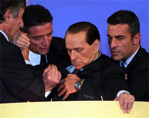 Berlusconi desmaio durante discurso e está em hospital