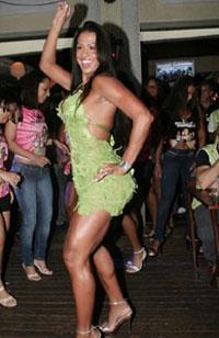 Gracyanne exibe boa forma em festa
